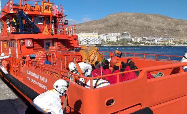 Rescatan a los migrantes de dos pateras que arribaron a Canarias