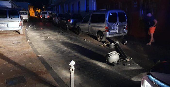 Se salta un control y acaba estrellándose contra otros vehículos y tumba dos farolas