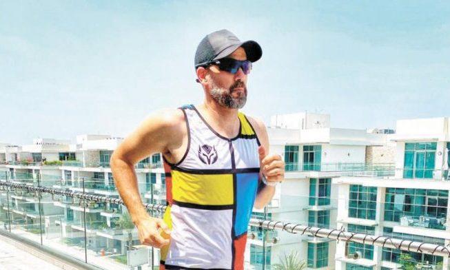 Una pareja de atletas corre un maratón en su terraza de Dubaí para dar ejemplo