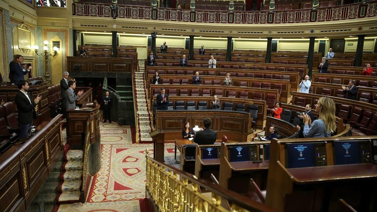 La Cámara de los Diputados se sumó al aplauso que, a diario, dan los ciudadanos                     a la labor de los sanitarios. El Español