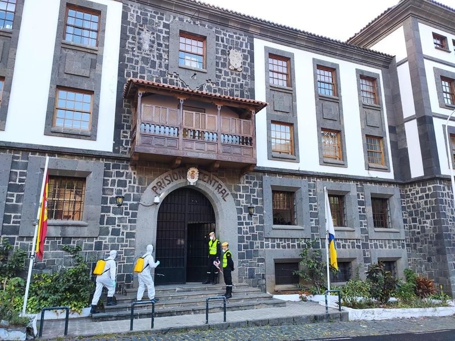 Efectivos de la Unidad Militar de Emergencias a su llegada al Centro Penitenciario de Santa Cruz de La Palma, donde se desinfectó la instalación. DA