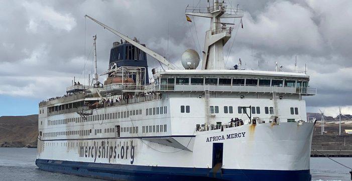 El mayor barco hospital civil del mundo, en el puerto de Granadilla