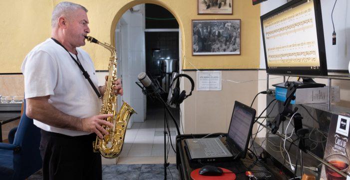 Fito Peña endulza con su saxofón las penurias de ver cerrado su negocio