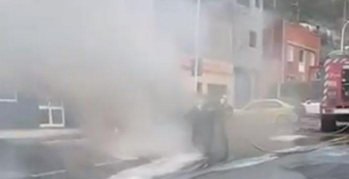 Arde un vehículo tras perder parte de su combustible en Tenerife