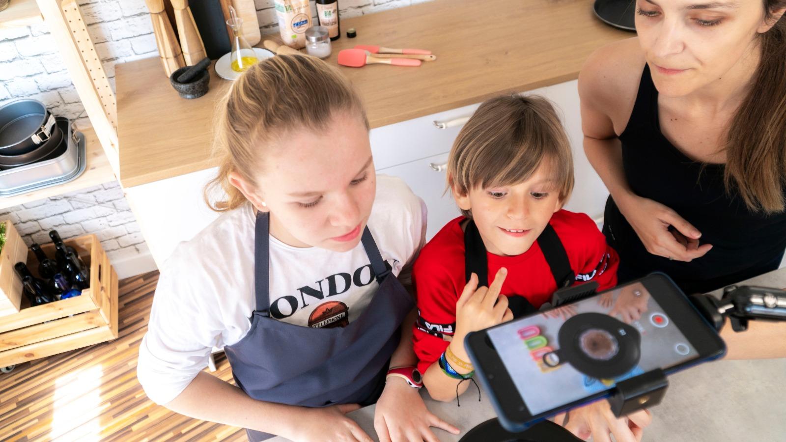 Hijos en casa cocinando con sus padre