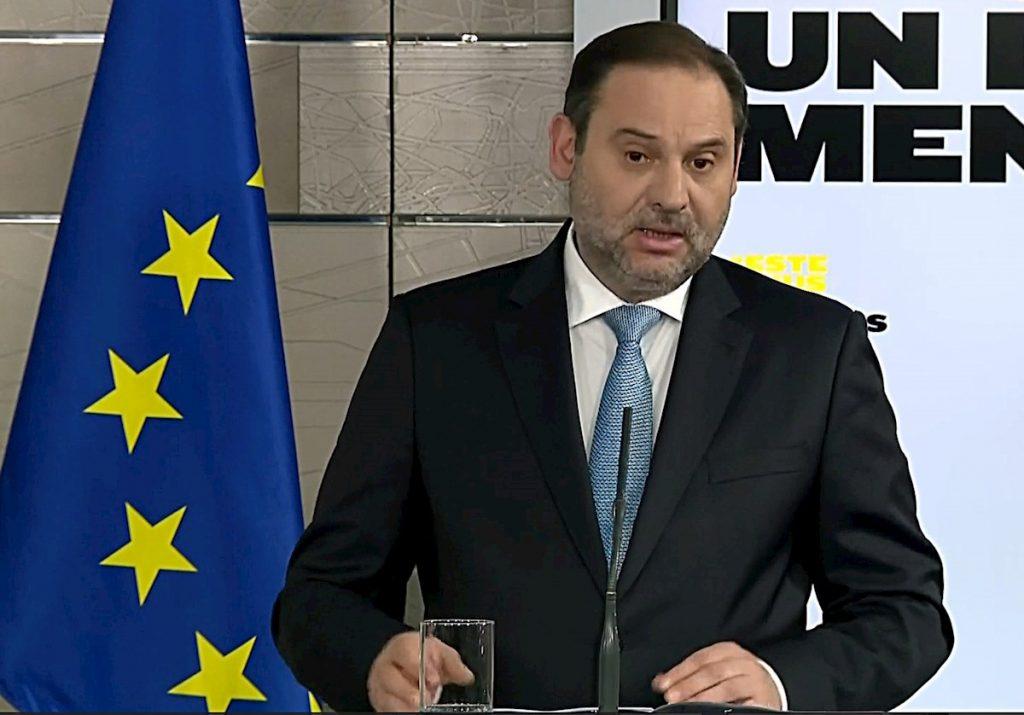 Señal institucional de Moncloa del ministro de Transportes, José Luis Ábalos, durante la rueda de prensa ofrecida este domingo en el Palacio de la Moncloa. EFE