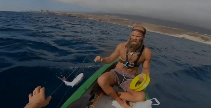 Los hippies siguen su 'confinamiento especial' en la playa de Diego Hernández, en Adeje