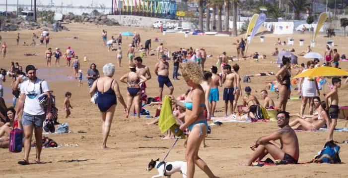 Las Teresitas da la bienvenida a los bañistas sin viento y con calor