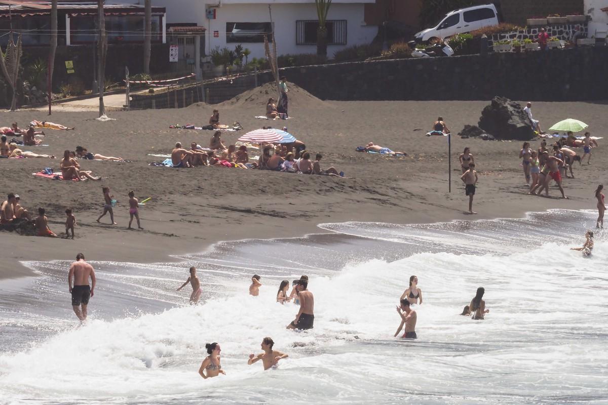 Punta Brava registró una afluencia considerable de bañistas desde primeras horas de la mañana, aunque se pudieron mantener bien las distancias de seguridad exigidas. Sergio Méndez