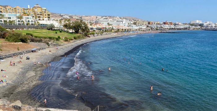 Adeje abre casi todas sus playas y Candelaria amplía el aforo de las suyas