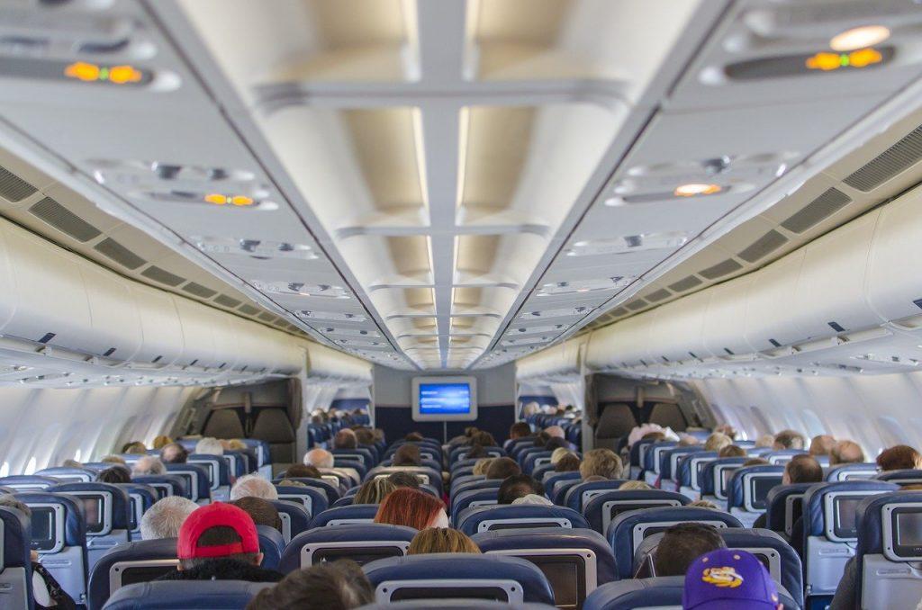 Interior de un avión de pasajeros PIXABAY