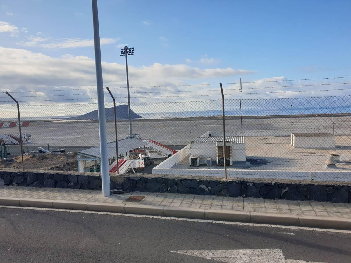 Pistas vacías del Aeropuerto Tenerife Sur; en el recuadro, Víctor Ramos, presidente de la Asociación de Taxis de Granadilla. DA