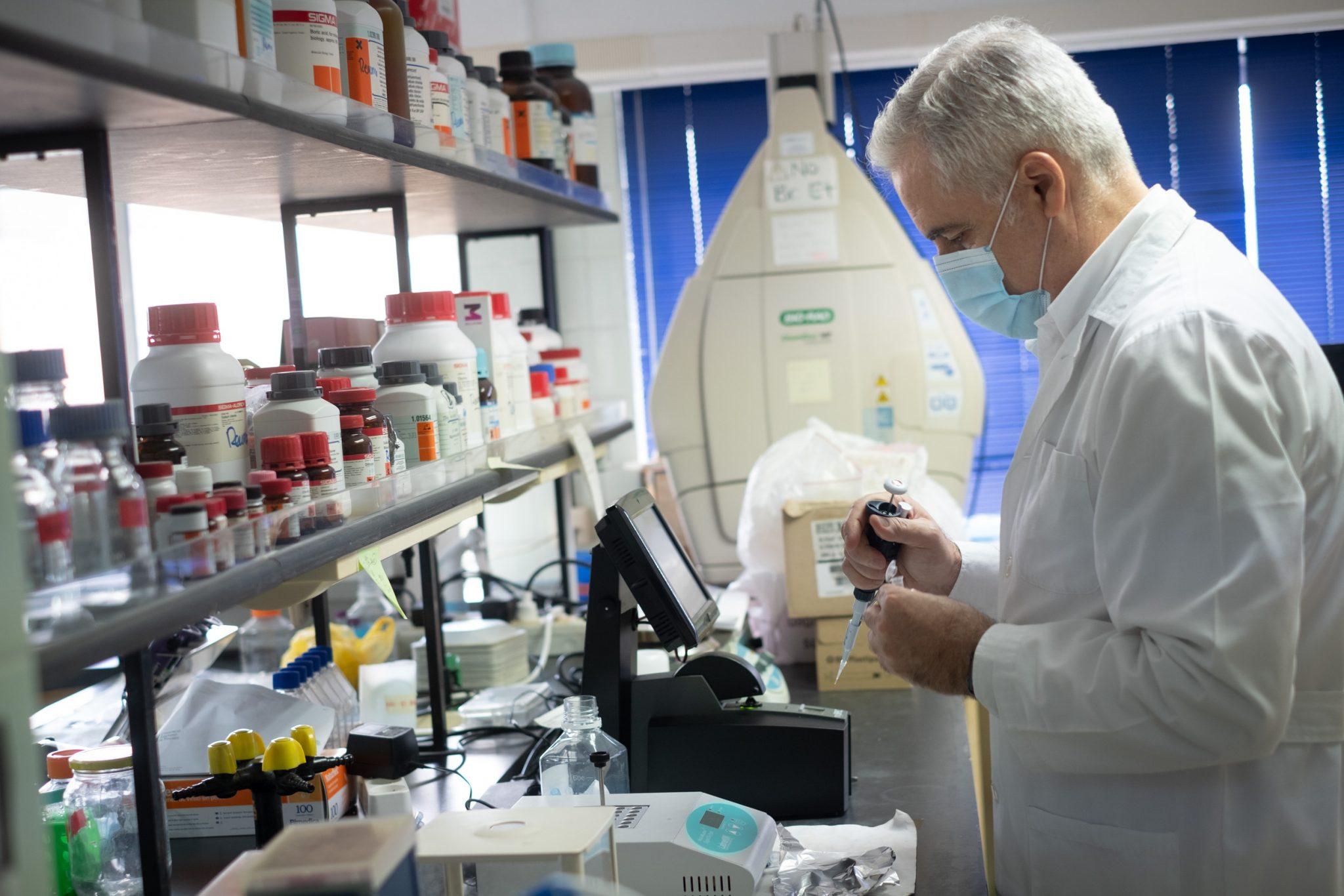 El jefe del servicio de Reumatología e investigador del HUC, Federico Díaz, lidera esta investigación, uno de los dos estudios financiados por el Instituto de Salud Carlos III en Tenerife. Fran Pallero