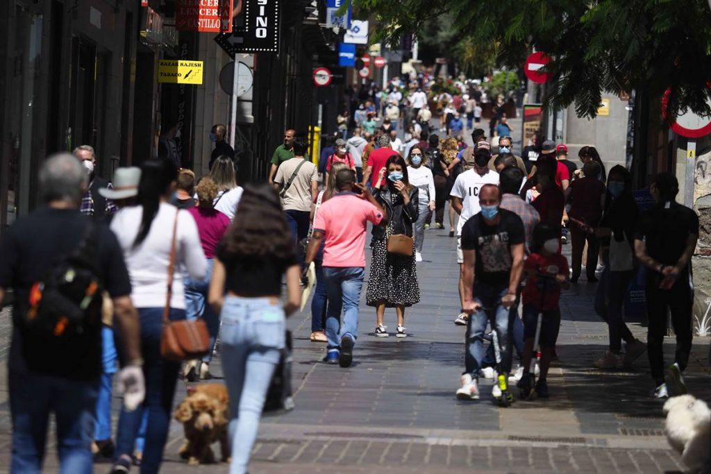 La calle Castillo empieza a recuperar la normalidad, con gente y las tiendas con rebajas. Sergio Méndez