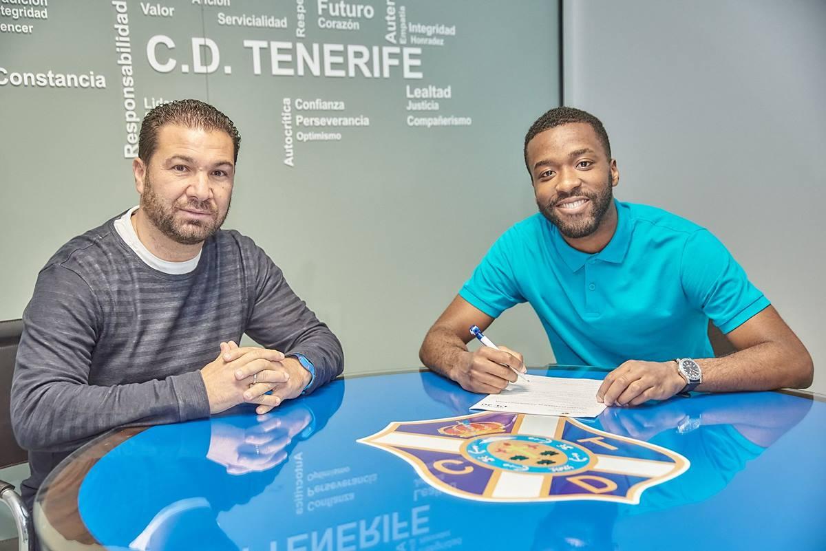 Juan Carlos Cordero y Shaq Moore en el momento de la firma de ampliación de su contrato. CD Tenerife