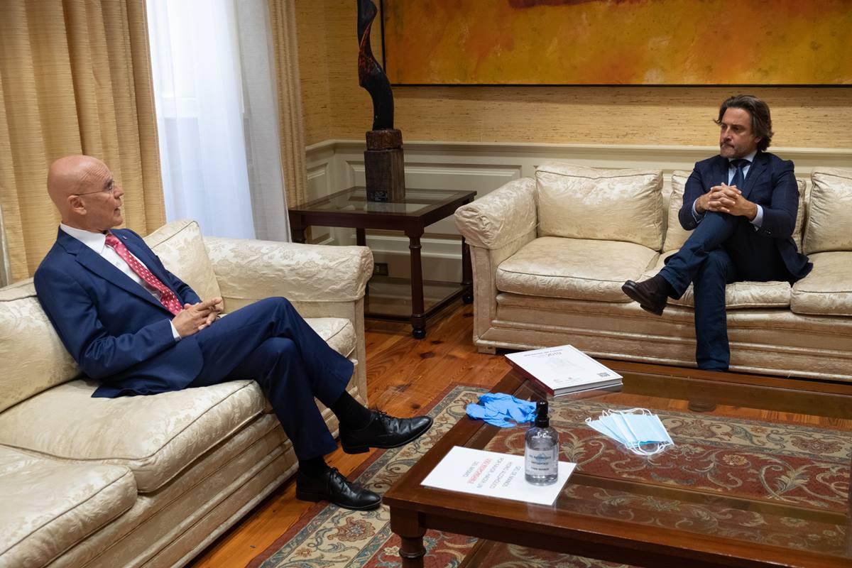 El Diputado del Común, Rafael Yanes, y el presidente del Parlamento de Canarias, Gustavo Matos, durante la entrega del        informe de gestión de la institución. Fran Pallero
