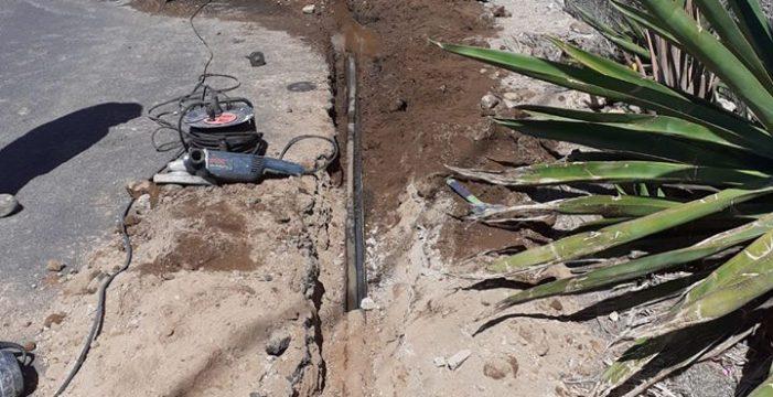 La rotura de una tubería podrida, de 43 años, deja a Arico Viejo dos días sin agua