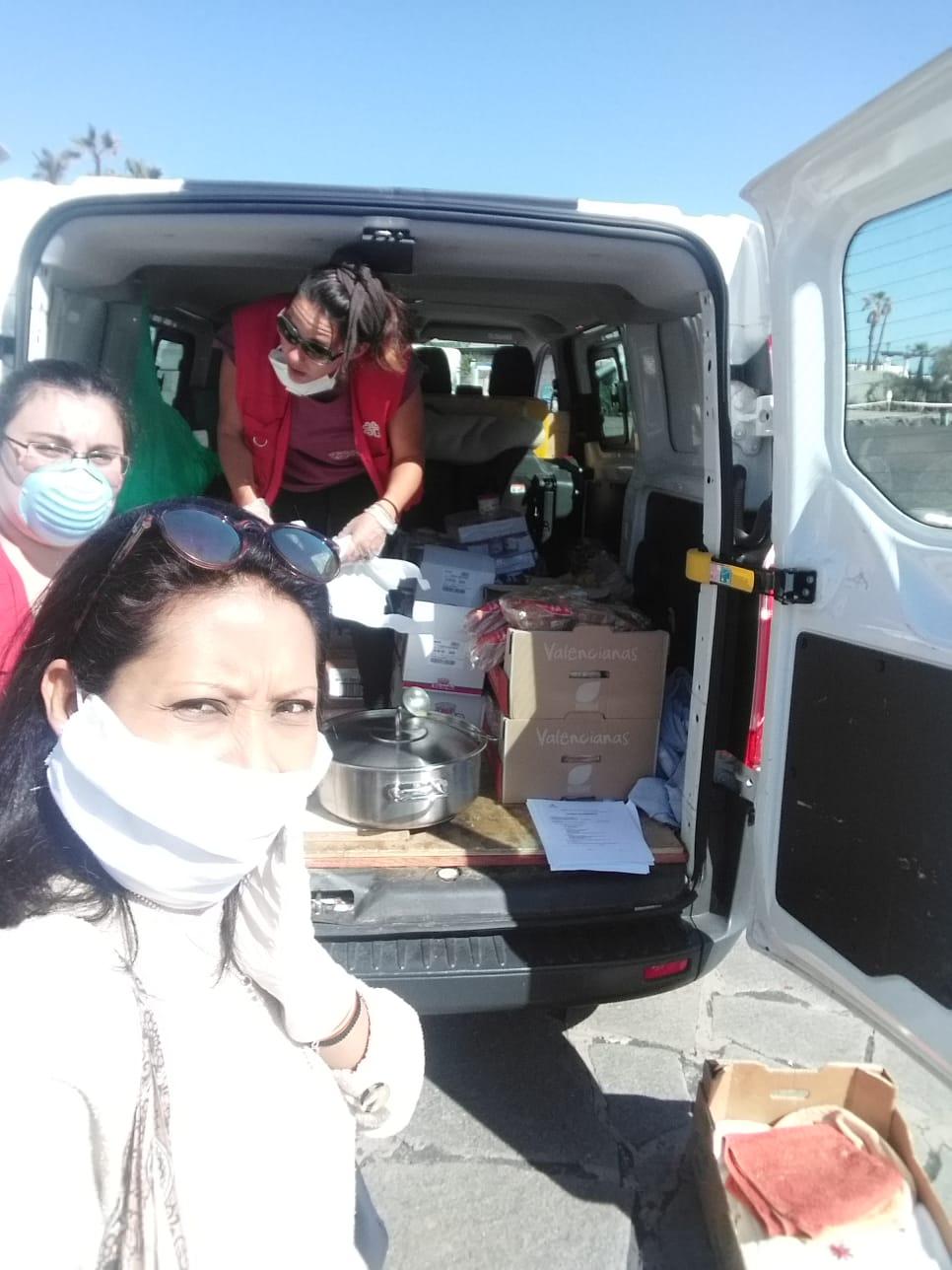 Cecilia junto a Aurora del Campo Orvay, compañera de la UMAC y Carina Cedeño Banda, voluntaria, durante un reparto de comida caliente que prepararon las integrantes del Caldero Solidario