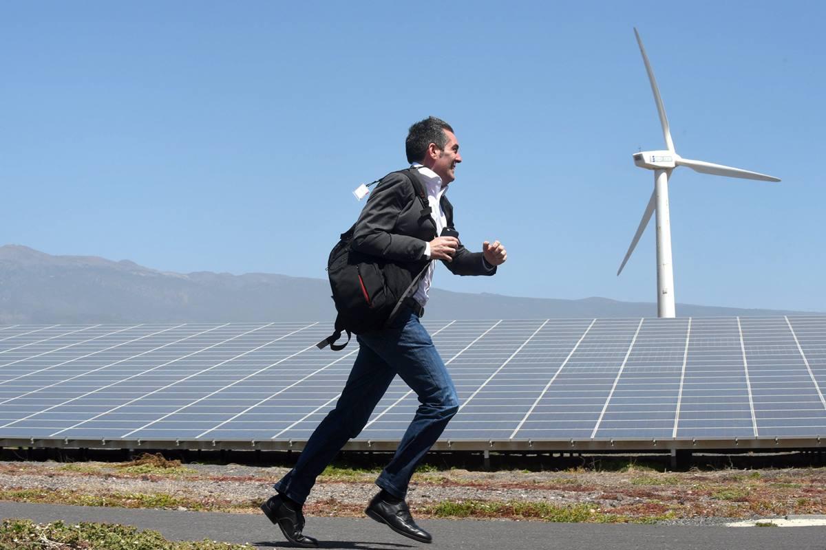 El hoy senador autonómico Fernando Clavijo, durante una visita a un parque eólico. Sergio Méndez