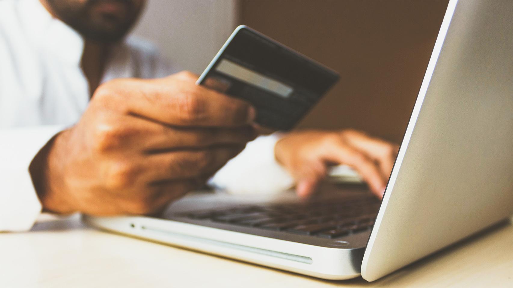 Una tarjeta de crédito siendo usada online. Ruxipen Unsplash