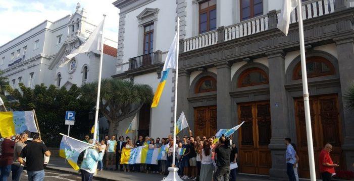 Anulan el acuerdo que permitió exhibir la bandera de siete estrellas verdes en el Ayuntamiento de Santa Cruz
