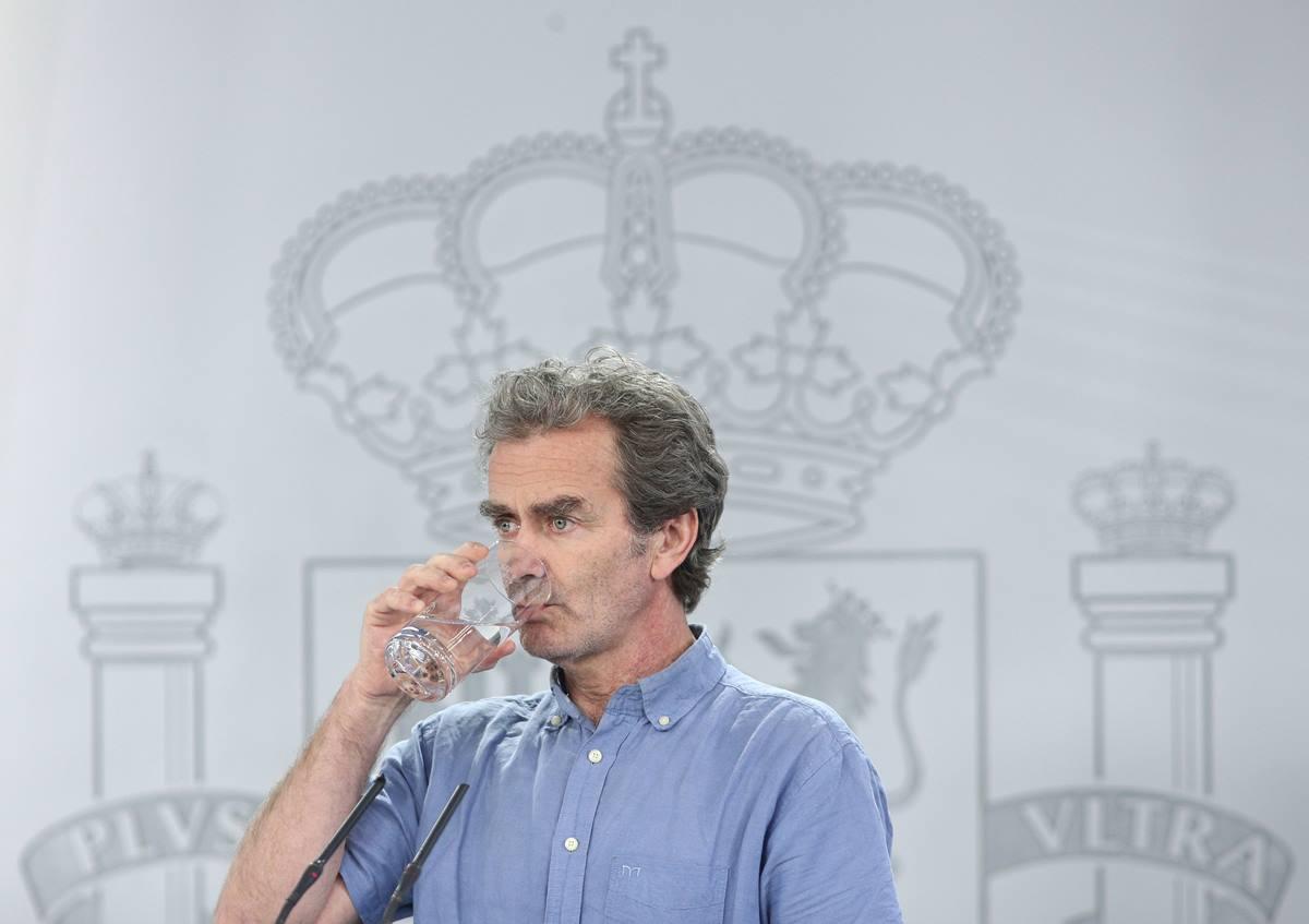 El director del Centro de Coordinación de Alertas y Emergencias Sanitarias (CCAES), Fernando Simón, bebe agua durante la comparecencia en Moncloa, acompañado por el ministro de Sanidad, Salvador Illa, donde han informado sobre el cambio de Fases de la desescalada instaurada por el Gobierno a consecuencia del coronavirus. En Madrid (España), a 12 de junio de 2020.