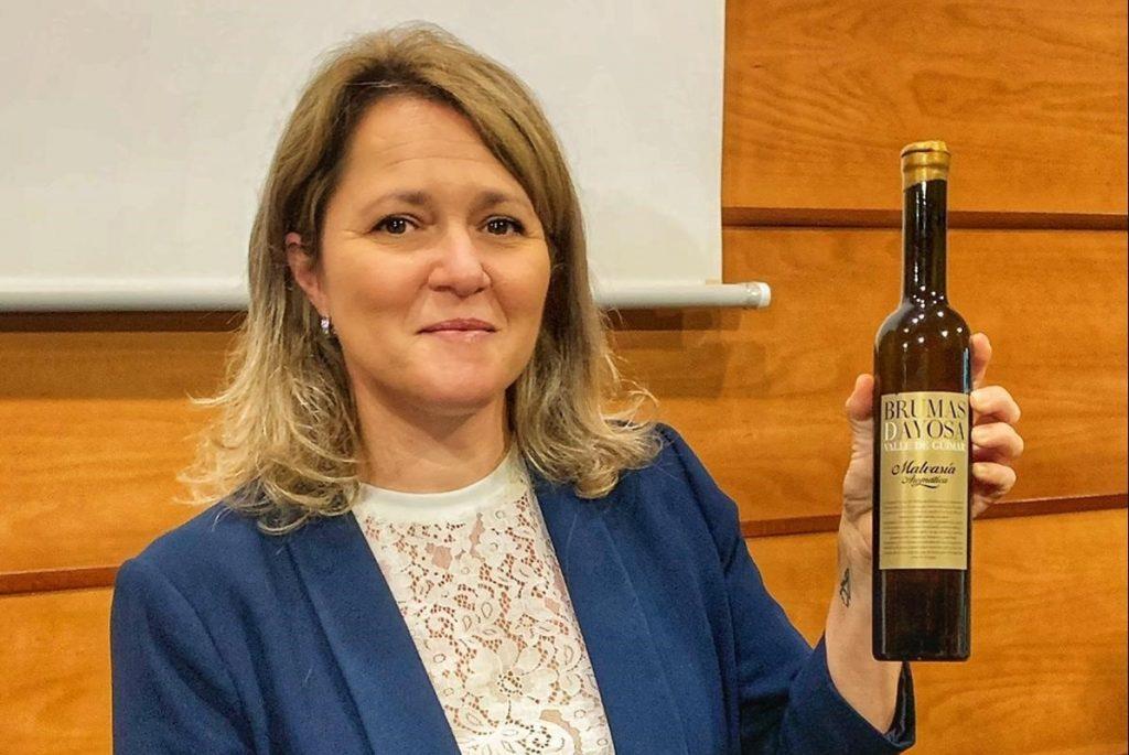 La consejera de Agricultura,Ganadería y Pesca del Gobierno de Canarias, Alicia Vanoostende, con el vino ganador de 'Agrocanarias'
