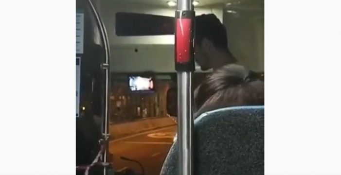 """""""Te voy a dar una patada en el pecho que te r***** la cabeza"""": expulsados de una guagua por amenazar al chófer"""