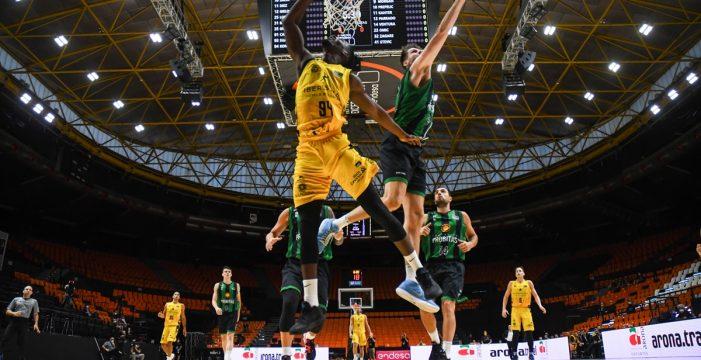El Iberostar Tenerife tira de casta para ganar al Joventut (82-80)