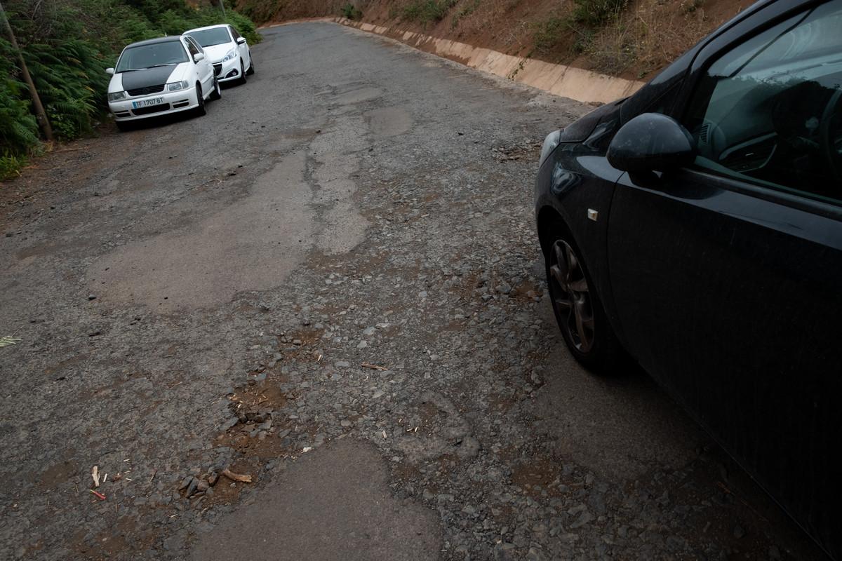 El firme de la carretera de acceso a Mesa Mota se encuentra en mal estado. / FRAN PALLERO