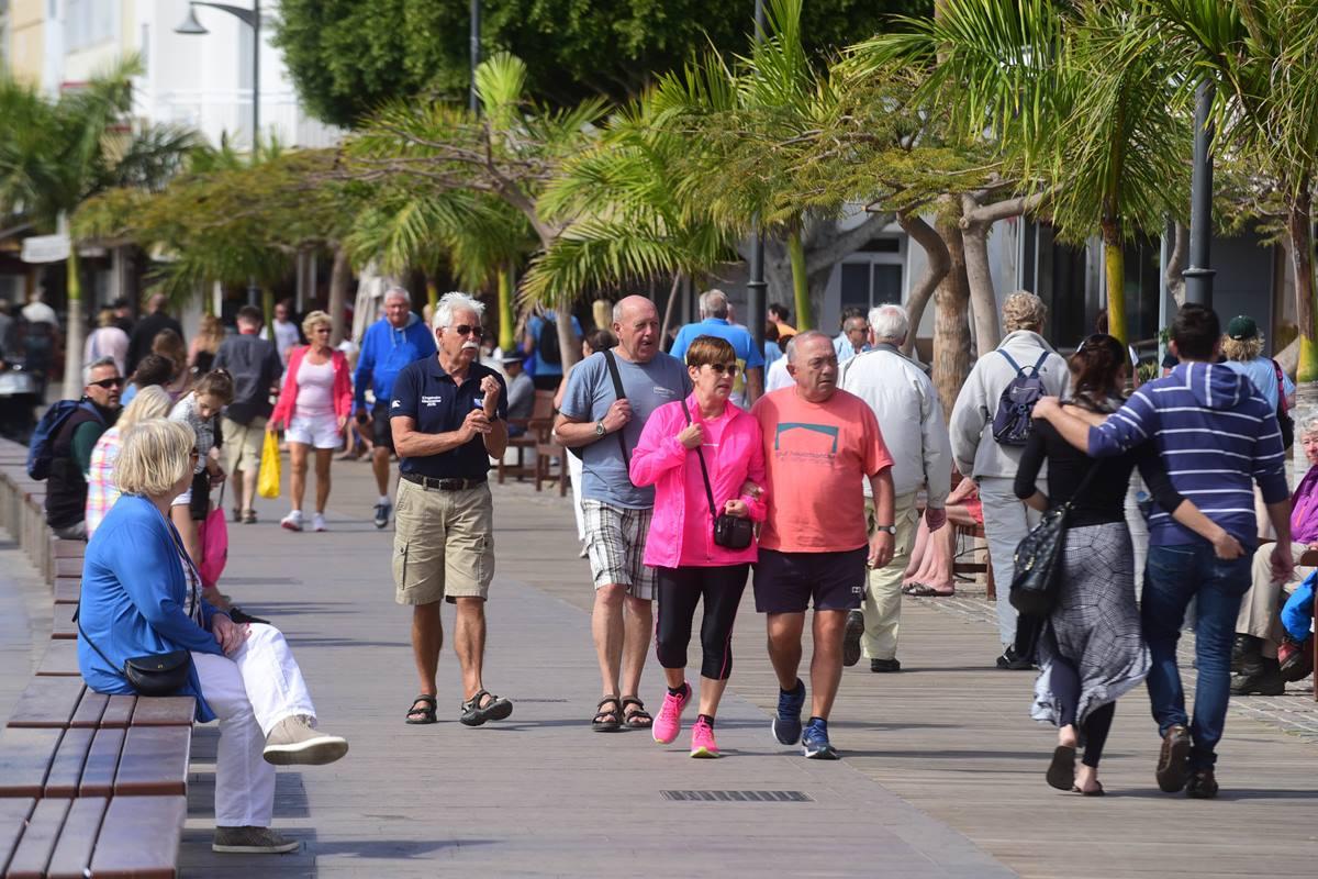 Turistas paseando, antes de la pandemia, en Los Cristianos (Arona). Sergio Méndez