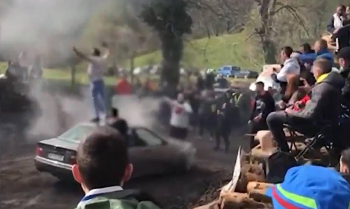 Instante del vídeo del espontáneo que sembró el pánico en un rally en Asturias. Captura (Antena3)