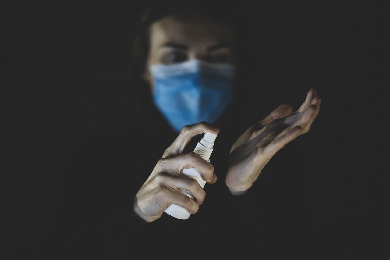Una persona se echa gel hidroalcohólico en las manos., Pixabay