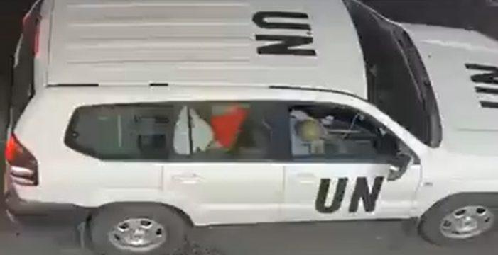 Graban a funcionarios de la ONU manteniendo relaciones en el coche oficial en pleno atasco