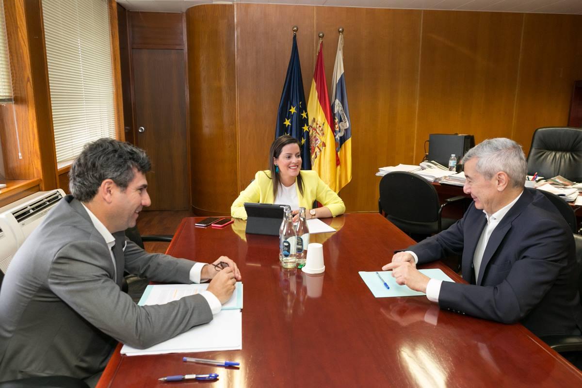 Reunión de ayer entre el secretario general de Fauca, Abbas Moujir (derecha), Yaiza Castilla y Justo Artiles. DA
