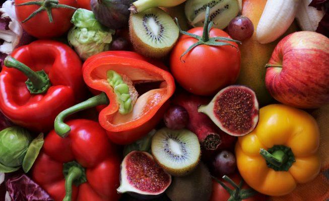 Comer dos piezas de fruta y tres raciones de verdura al día alarga la vida según un estudio