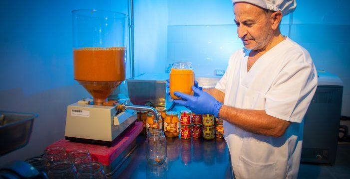 Un emprendedor herreño envasa mojos canarios y almogrote