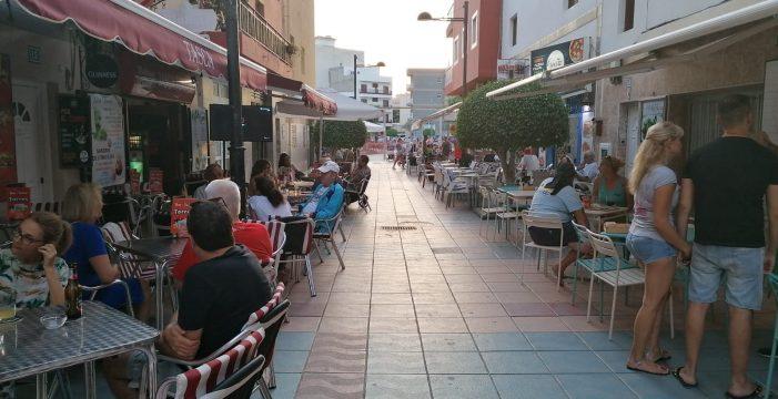 Las terrazas de Las Galletas, indefensas ante sanciones de 3.500 euros por no cerrar a las 10 de la noche
