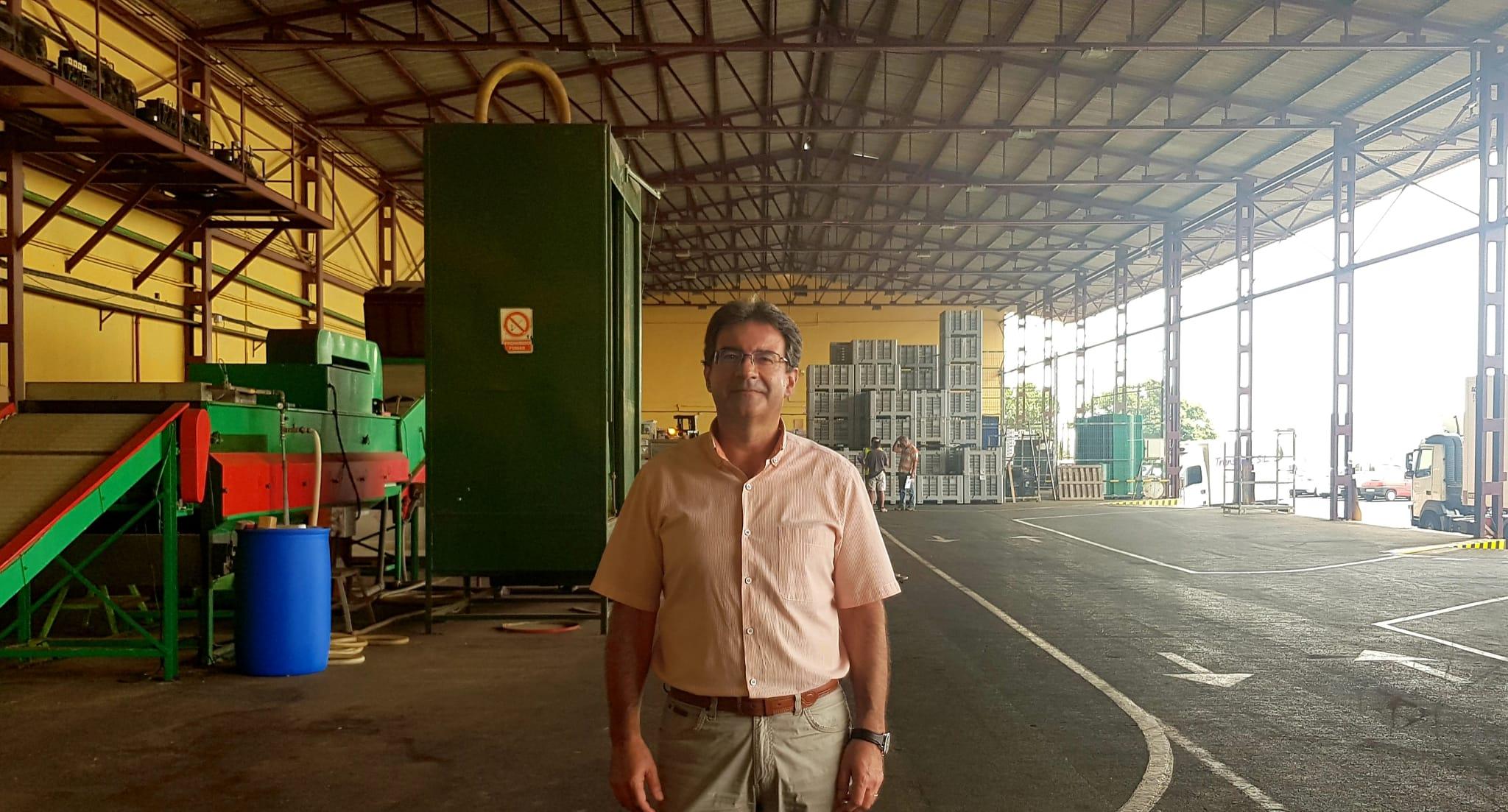 José Adrián Hernández, durante su visita al Centro Hortofrutícola, ubicado en Breña Alta. DA