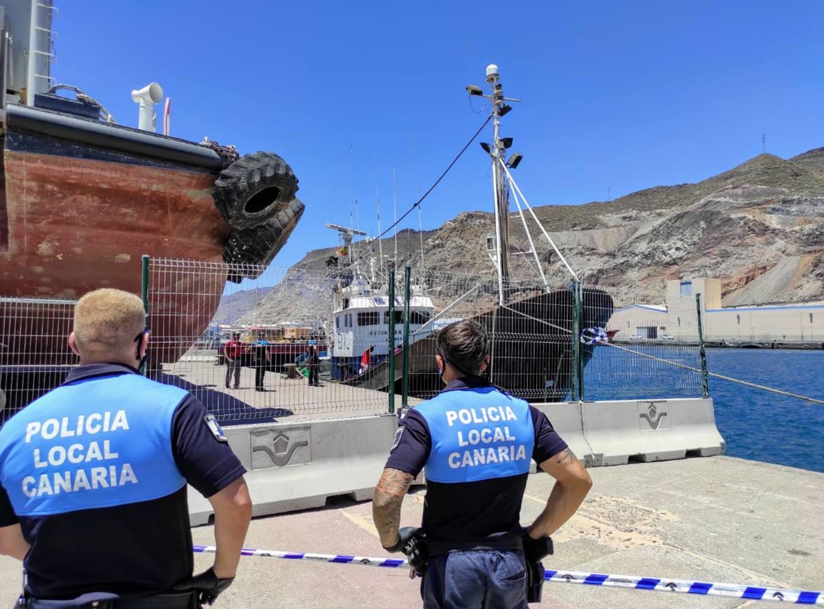 Policía Local de Santa Cruz frente al barco en cuarentena preventiva. Twitter