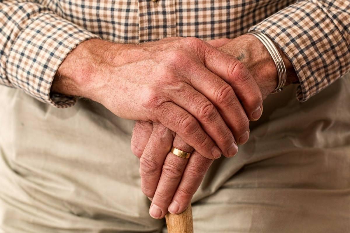 Manos de persona mayor, foto de recurso. Pixabay