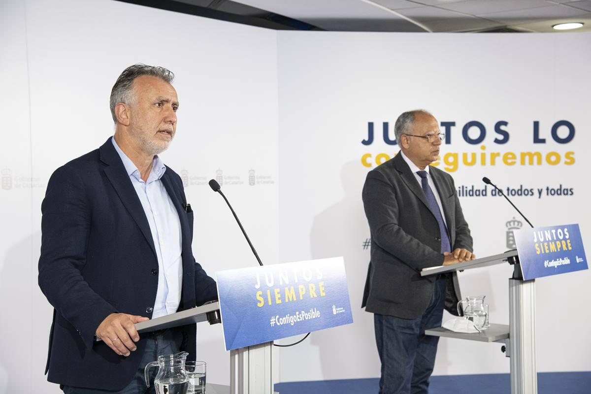 Ángel Víctor Torres y Casimiro Curbelo, el 15 de junio, tras la reunión con los presidentes de los cabildos. DA