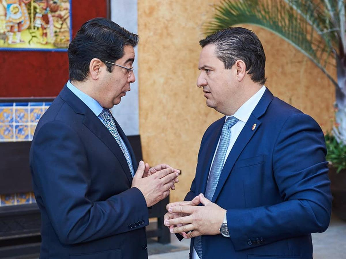 Pedro Martín (izq.) y José Julián Mena, en una reunión antes de la crisis. DA