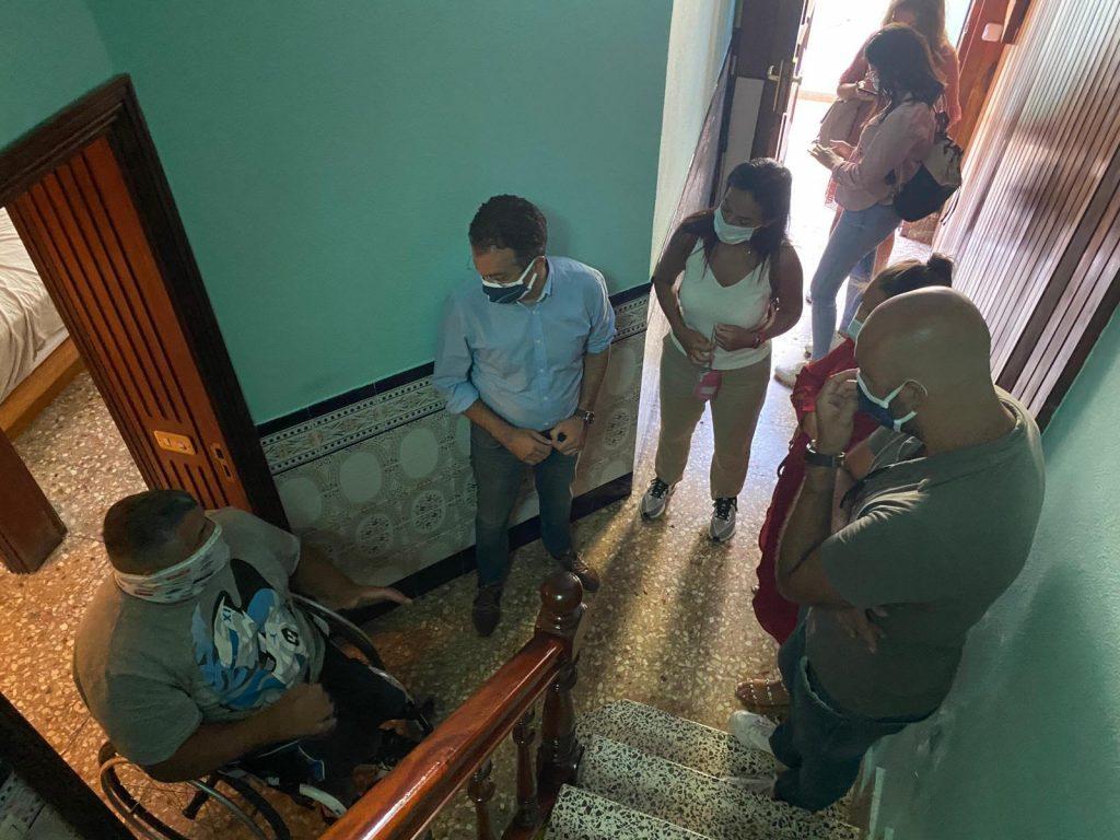 El concejal de Urbanismo, Carlos Tarife, visitó la semana pasada la casa de Gilberto Torres. / DA