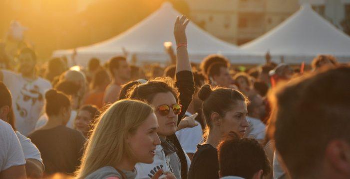 Llegan las 'corona parties': jóvenes festejan con infectados y gana el que antes se contagie
