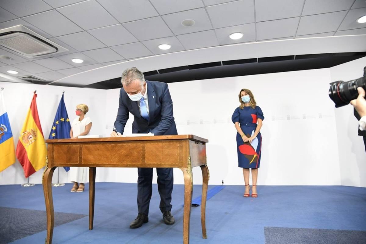 El presidente del Gobierno de Canarias, Ángel Víctor Torres, durante la firma del PIEC ante la ministra de Trabajo, Yolanda Díaz. EP