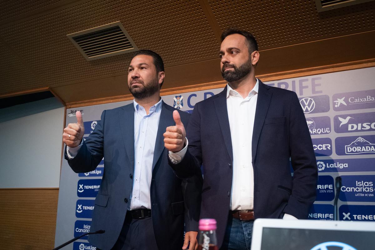 Cordero y Fernández, en el acto de presentación del nuevo entrenador del CD Tenerife. / Fran Pallero