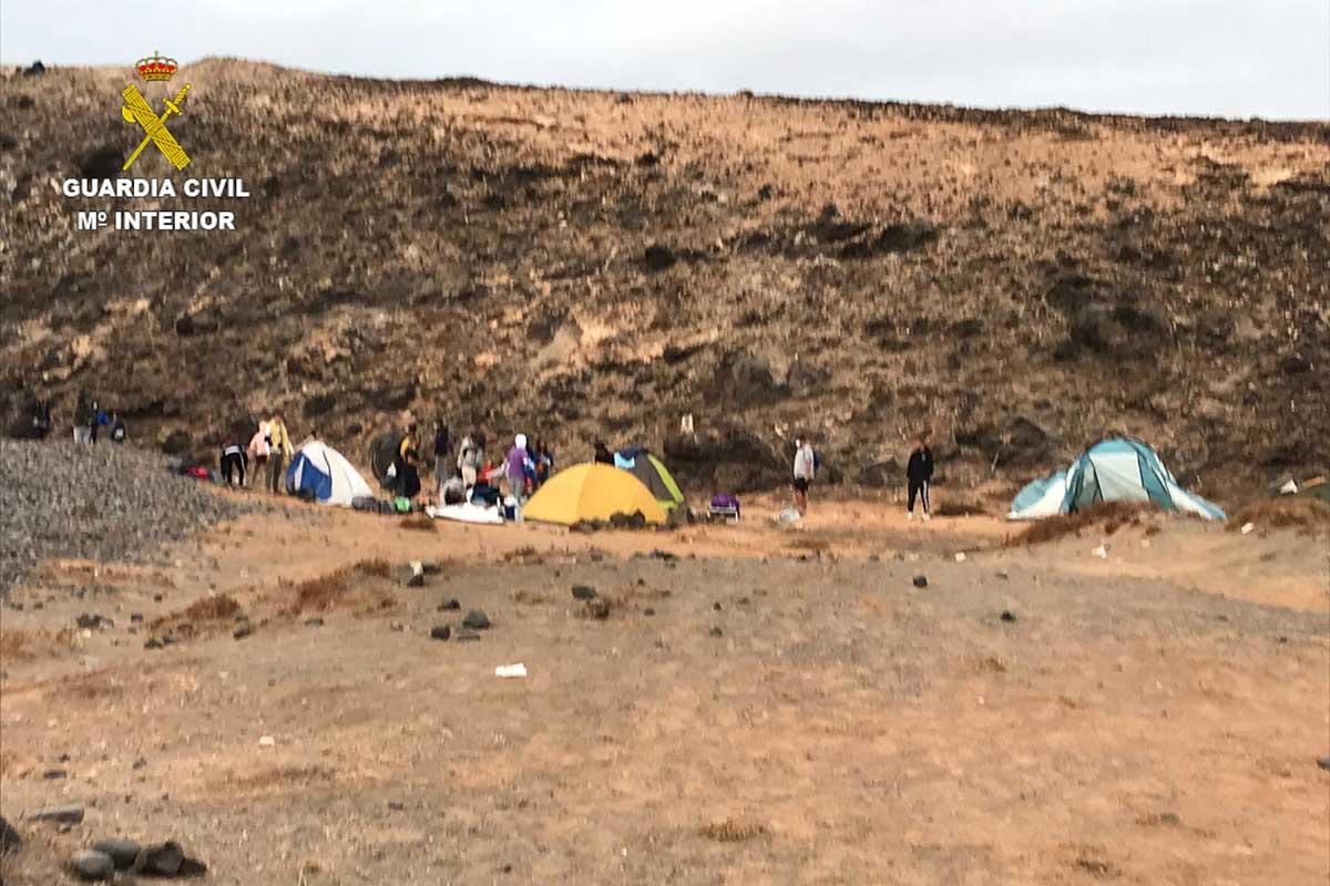 Denuncian a 19 jóvenes en Lanzarote por incumplir las medidas sanitarias y acampar en una zona prohibida