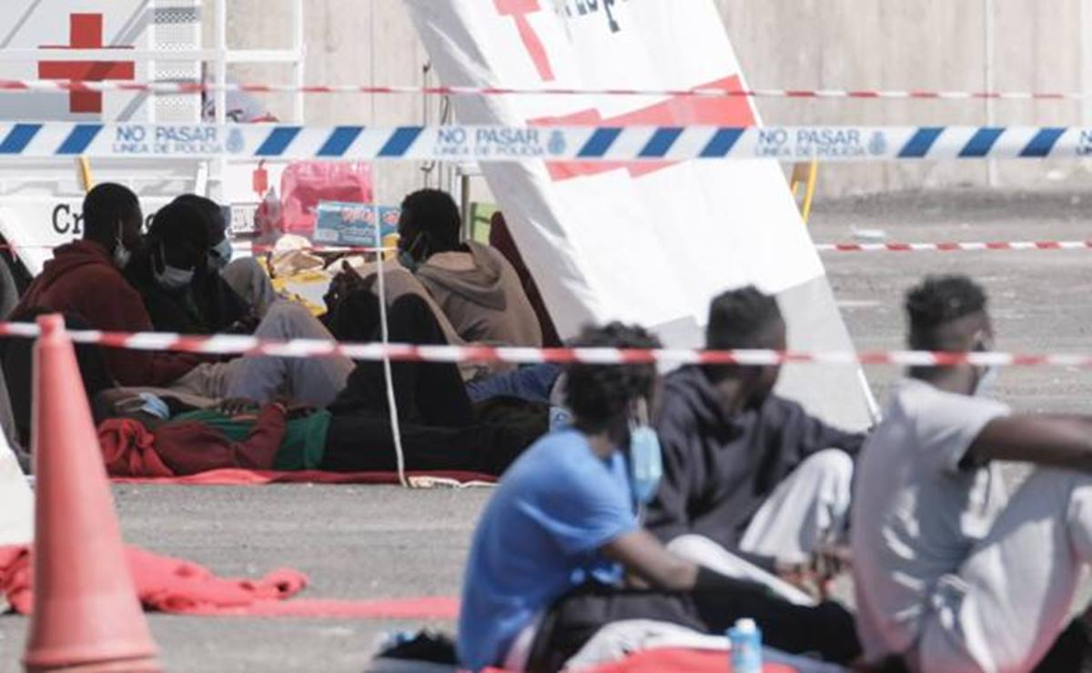 Imagen de los inmigrantes en las carpas del muelle de Arguineguín / EFE