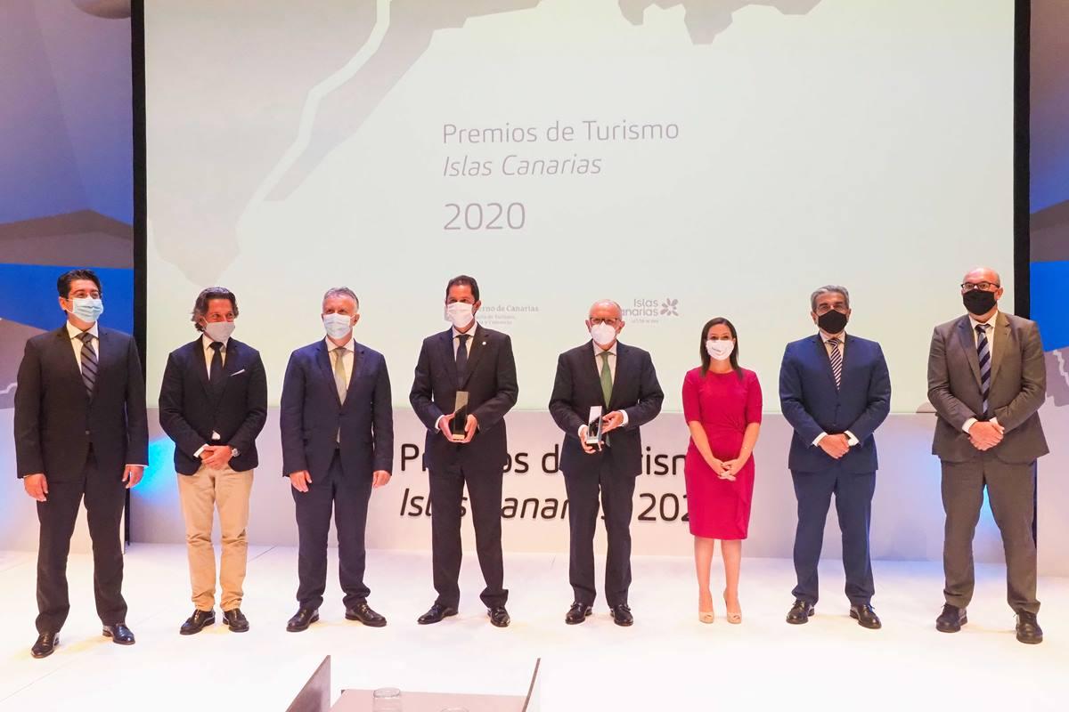 Imagen de las autoridades y los premiados ayer en el acto del Día Mundial del Turismo. Sergio Méndez
